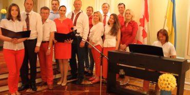 Українці переклали та переспівали гімн Канади під акомпанемент Василя Попадюка