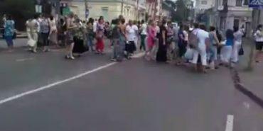 Лікарі перекрили центр Коломиї — вимагають виплатити їм зарплату. ВІДЕО