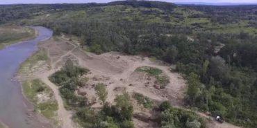 Вражаючі масштаби незаконного видобутку гравію на Коломийщині з висоти пташиного польоту. ВІДЕО