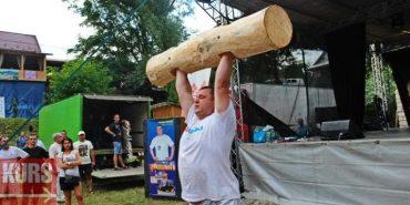 У Шешорах стронгмен Назар Павлів піднімав дерев'яні колоди та згинав зубами арматуру. ФОТО