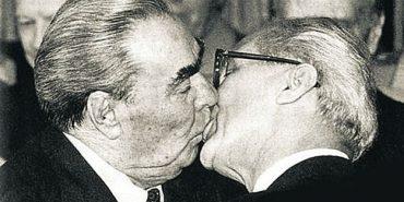 Справа Брежнєва живе: найбільш видовищні поцілунки політиків. ФОТОРЕПОРТАЖ