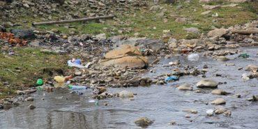 Через стихійні сміттєзвалища отруюють річки Карпат. ВІДЕО