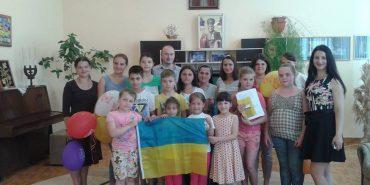 Вихованцям сиротинцю у Коломиї передали прапор від українських військових