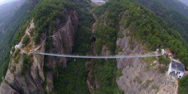 """У Китаї відкрили найдовший у світі скляний міст """"Шлях дракона"""""""