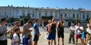 """У Коломиї відроджують традиції стрітболу: БФ """"Покуття"""" подарував спортсменам баскетбольну конструкцію. ФОТО"""