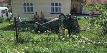 У Пістині водій на шаленій швидкості влетів на подвір'я будинку. ФОТО