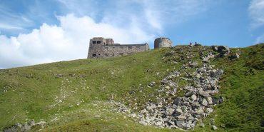 На горі Піп Іван в обсерваторії провели прибирання та встановили кам'яні ворота. ФОТО