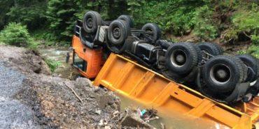Помста карпатської річки. Вода забрала машину з асфальтом. ФОТО+ВІДЕО