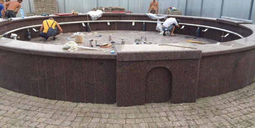 """БФ """"Покуття"""" завершує у Коломиї будівництво фонтану з музикою та підсвіткою. ФОТО"""