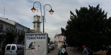 У середмісті Коломиї вдень не вимикають вуличні ліхтарі. ФОТОФАКТ