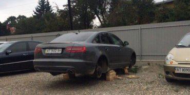 """У секретаря Коломийської міськради з """"Ауді А6"""" вкрали всі чотири колеса. ФОТОФАКТ"""