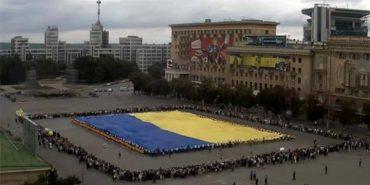 Перший гігантський прапор України виготовила вдова донецького шахтаря
