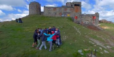 На вершині гори Піп Іван туристи станцювали коломийку і тілами виклали напис. ФОТО+ВІДЕО