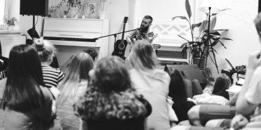 """На підтримку важкохворого Андрія Коника у Коломиї організували квартирник з солістом гурту """"Оркестр Че"""". ФОТО"""