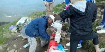 На вершині Говерли облаштували імпровізовану кав'ярню, за чаєм утворилася черга. ФОТО