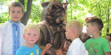 """У парку Трильовського відкрили """"дитячий талісман"""" Коломиї — скульптуру Котику-Ґудзику. ФОТО"""