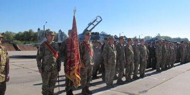 Прикарпатські авіатори отримали бойовий прапор від Порошенка. ФОТО