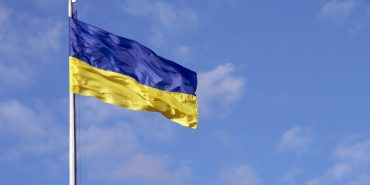 Мер Франківська попросив попрасувати національні прапори в місті