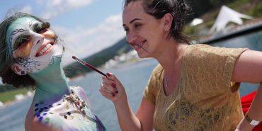 Карпатська Русалка: на фестивалі у Буковелі жіночі тіла покривали малюнками. ВІДЕО