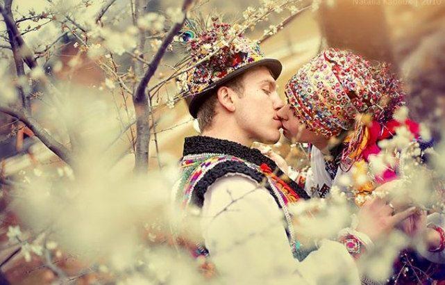 Від України до Китаю  Традиційне весільне вбрання народів світу - Дзеркало  Коломиї 74214d78e4e15