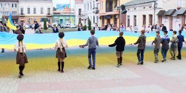 Кількаметровий прапор України розгорнули на Вічевому майдані у Коломиї. ВІДЕО