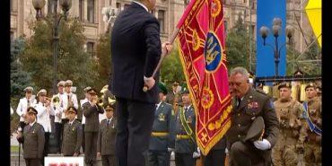 10 гірсько-штурмовій бригаді з Коломиї Порошенко вручив на параді бойовий прапор. ВІДЕО