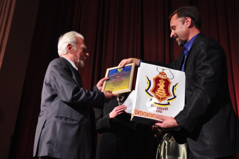 """Під час вручення відзнаки """"Почесного громадянина Коломиї"""" на сцені драмтеатру у Коломиї в 2012 році. Роман Іваничук є Почесним громадянином Коломиї з 1997 року."""