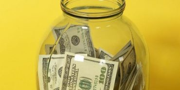 З трилітрової банки в пенсіонерки на Коломийщині вкрали 30 тис. грн. і тисячу доларів США