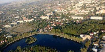 Неймовірний вигляд озера в Коломиї з висоти польоту у літаку. ФОТО