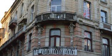 Уламок 100-річного прикарпатського будинку впав на автомобіль. ФОТО