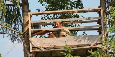 """16-річний хлопець з Прокурави змайстрував на смереці """"офіс"""", щоб користуватися інтернетом. ФОТО"""
