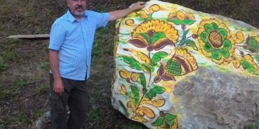 Сім'я Лобураків розписала на Буковелі сім каменів у стилі косівської кераміки. ФОТО