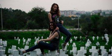 Дві прикарпатки влаштували фотосесію з пивом на кладовищі, де поховані загиблі під час війни. ФОТО
