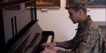 Військовий 10 бригади у Коломиї вразив грою на піаніно, яке подарував капелан. ВІДЕО