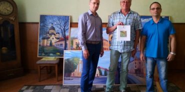 Картини, придбані коломиянами на аукціоні, передали в ратушу, а кошти перерахували на лікування Андрія Коника. ФОТО