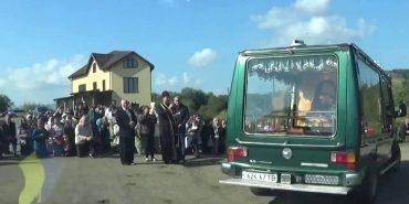На Прикарпатті усім селом на колінах зустрічали загиблого героя. ФОТО+ВІДЕО