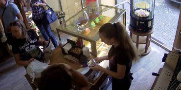 На  Прикарпатті волонтерка зізналась у скандальній крадіжці, яку зафіксували камери. ФОТО+ВІДЕО
