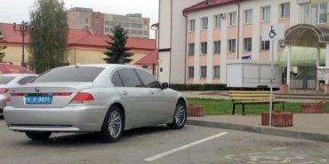 """На Прикарпатті затримали молодика на """"BMW"""" з підробленими поліцейськими номерами. ВІДЕО"""