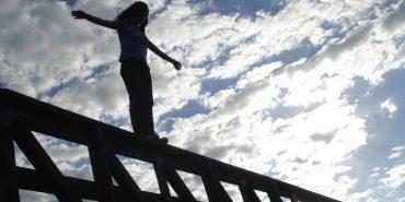 На Франківщині дівчина стрибнула з залізничного мосту, щоб накласти на себе руки