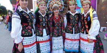 Дівчата, як пави: на Коломийщині відродили традицію унікальних весільних вінків. ФОТО