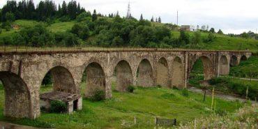 Один з найдовших кам'яних мостів Європи та світу у Ворохті з висоти пташиного польоту. ВІДЕО