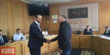 Мер Франківська та голова Спілки добровольців АТО помирилися та потиснули один одному руки. ФОТОФАКТ