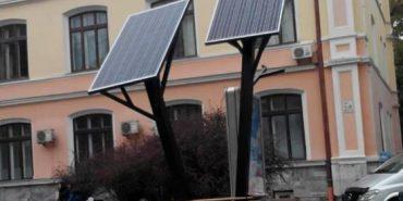 """На Прикарпатті встановили """"сонячне дерево"""" для підзарядки гаджетів"""