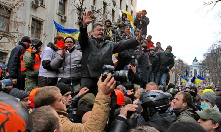 Петро Порошенко (на той час депутат), намагається заспокоїти активістів Євромайдану, що прийшли до Адміністрації Президента 1 грудня 2013 року. (Kyiv Post/Павло Подуфалов)