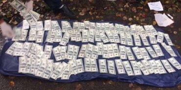 Найбільший хабар на Прикарпатті: За знецінення Коломийської паперової фабрики Жовнір вимагав хабар у розмірі 150 тисяч доларів. ФОТО