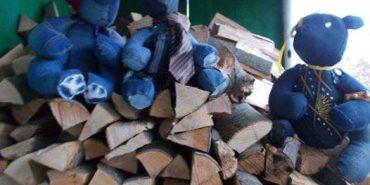 Багатодітна переселенка на Прикарпатті з уживаного одягу шиє іграшки. ФОТО