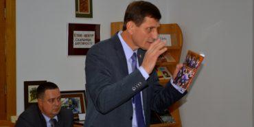 """Олександр Сич презентував книгу, у якій розповів, як йому працювалось в """"уряді камікадзе"""""""