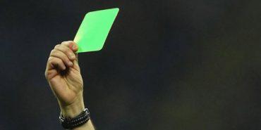 Вперше в історії футболу арбітр показав гравцеві зелену картку