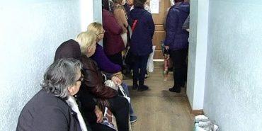 Мешканці Коломийщини, щоб потрапити до державного нотаріуса, займають чергу вночі. ВІДЕО
