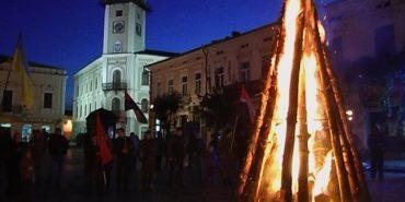 Смолоскипна хода пройшла вулицями Коломиї, а в середмісті запалили Ватру Слави. ВІДЕО